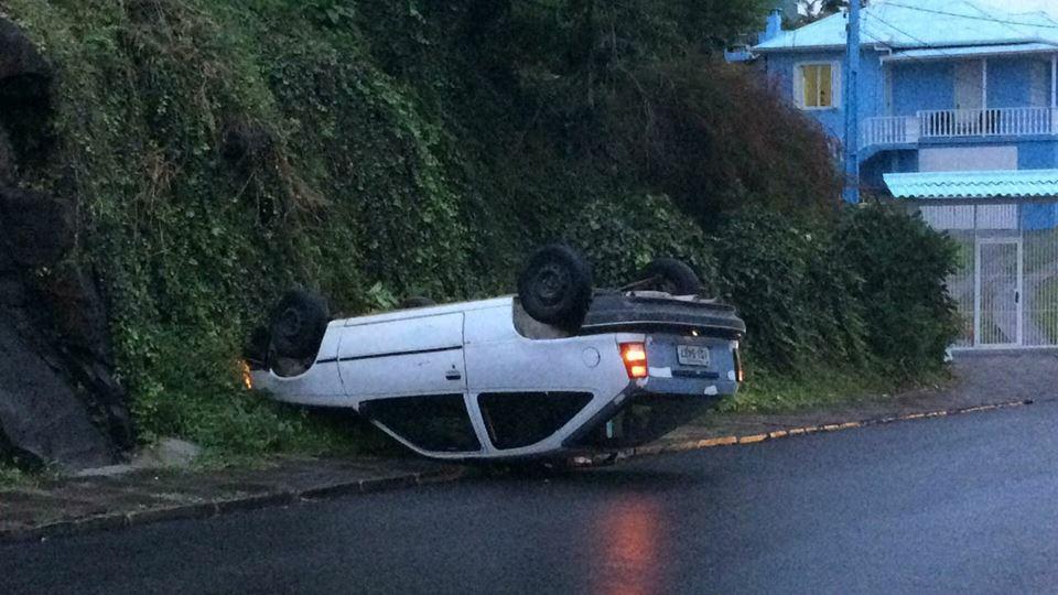 Veículo capota e condutor tenta deixar o local no Glória em Bento