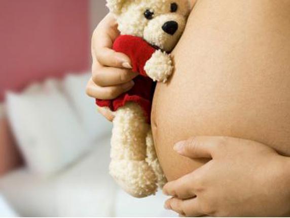 INSS é condenado a pagar salário-maternidade à mulher demitida durante gravidez no RS
