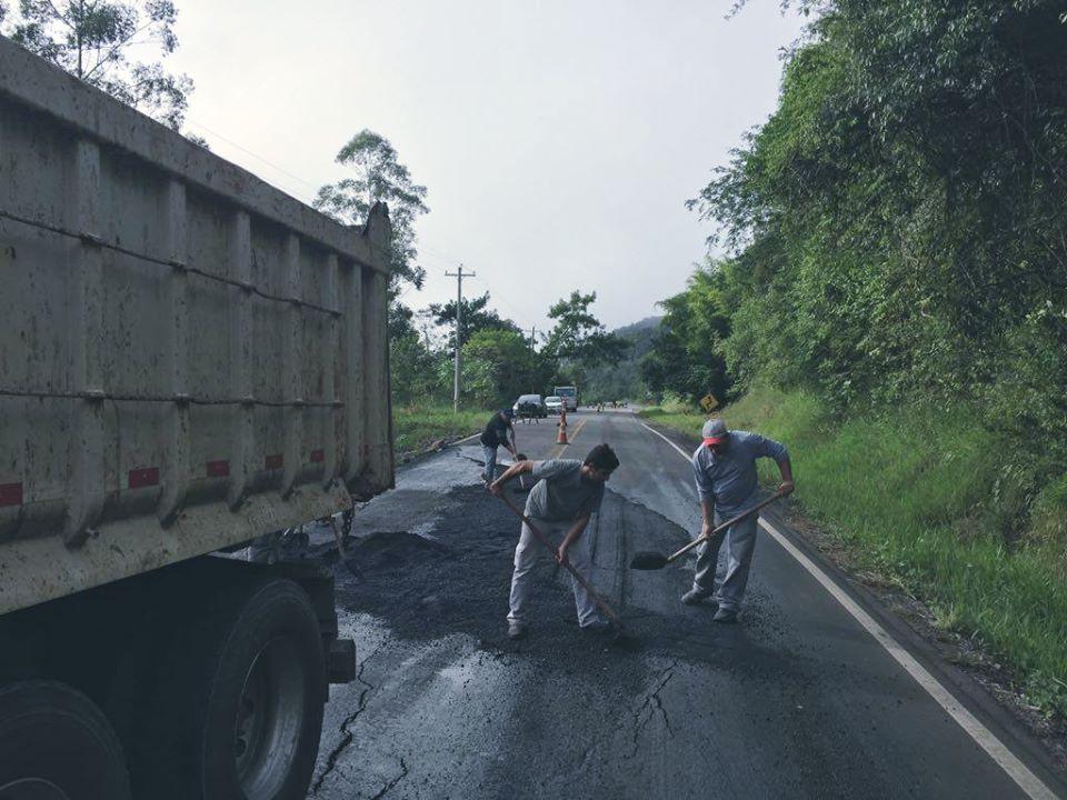 Daer realiza operação com roçada e tapa-buracos em rodovias da Serra