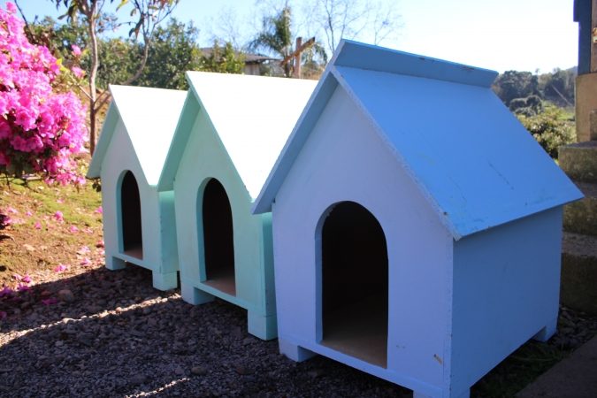 Primeiras casinhas de cachorro feitas na Comunidade Terapêutica são entregues a moradores em Bento