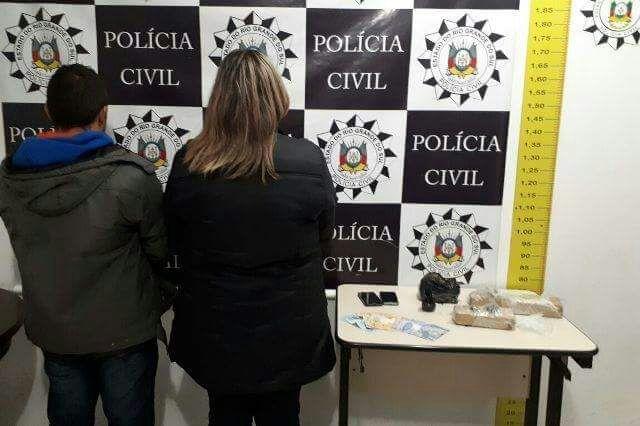 Casal que distribuía drogas em Gramado a mando de presidiário é preso com quase 2 kg de maconha.