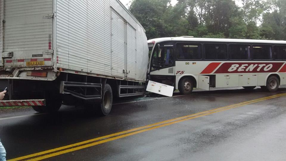 Colisão com ônibus de empresa de Bento na ERS-129 em Vespasiano Corrêa