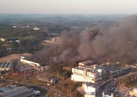Incêndio de grandes proporções atinge empresa em Caxias do Sul