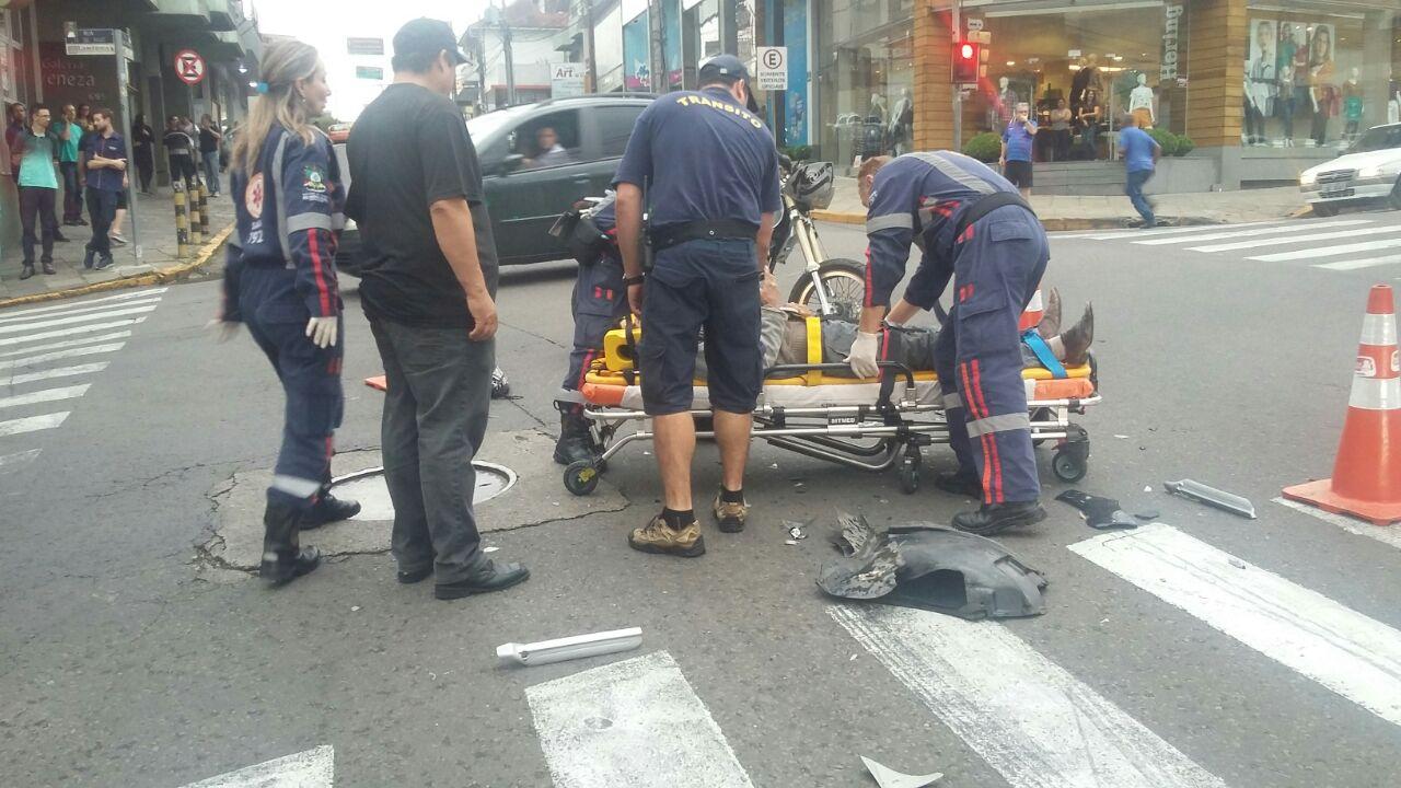 Duas pessoas ficam feridas em acidente no centro de Bento