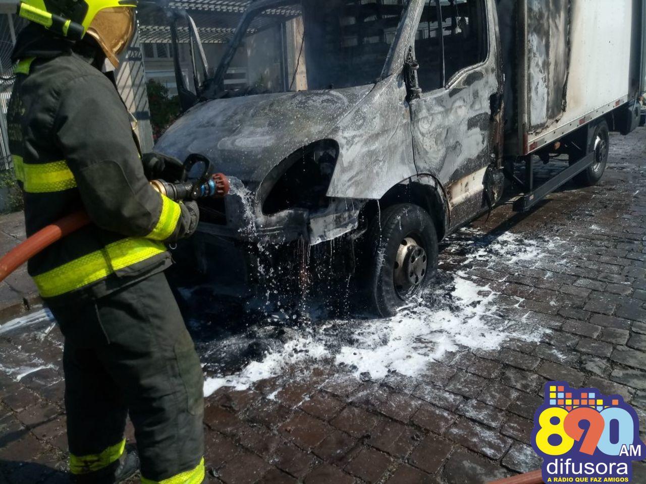 Caminhão pega fogo no Universitário em Bento