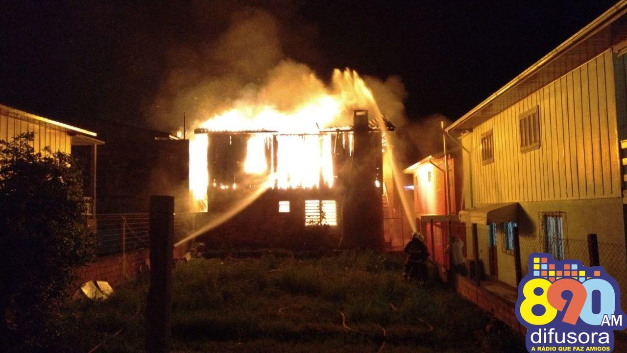 Casa é destruída em incêndio e mulher presa no Ouro Verde em Bento