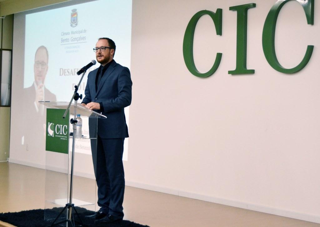 Desafios e o cenário do Legislativo pautam palestra no CIC/BG