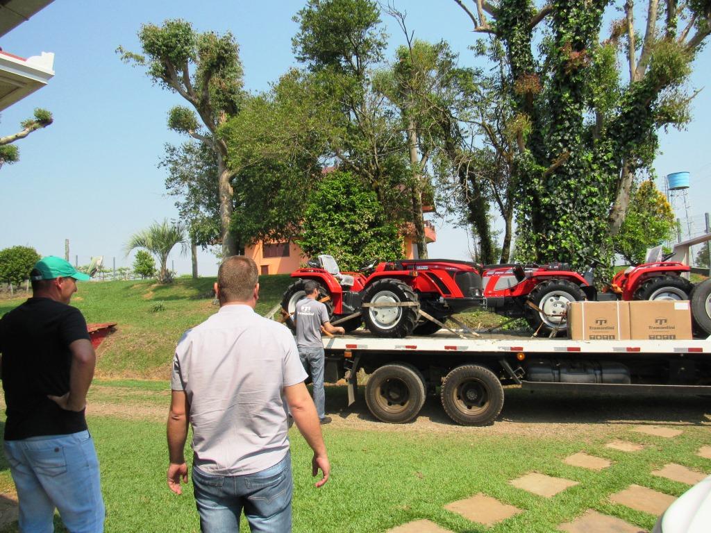 Antônio Carraro efetua entrega de novos tratores para agricultores da região