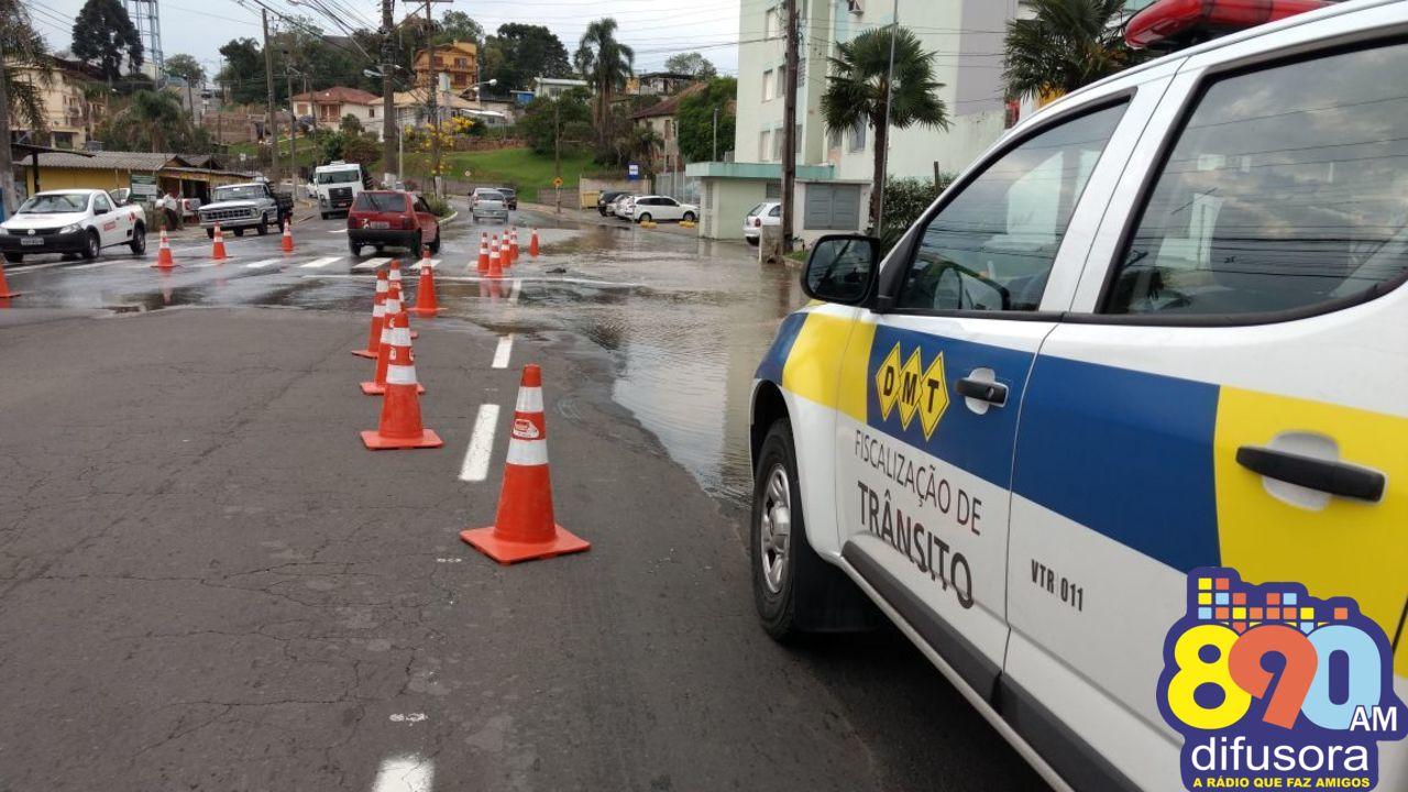 Vazamento alaga avenida São Roque em Bento