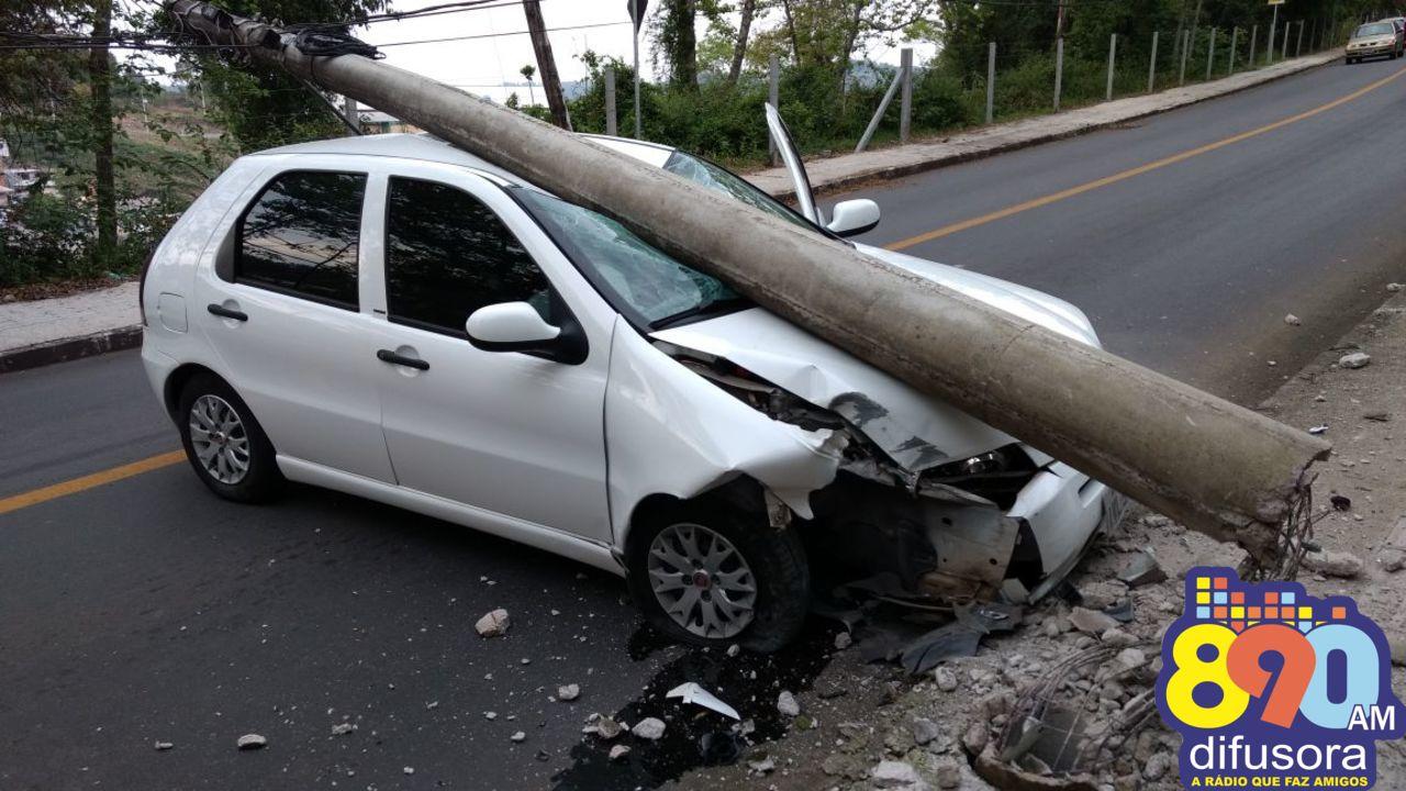 Carro atinge poste na Estrada da Vindima e trânsito é bloqueado em Bento