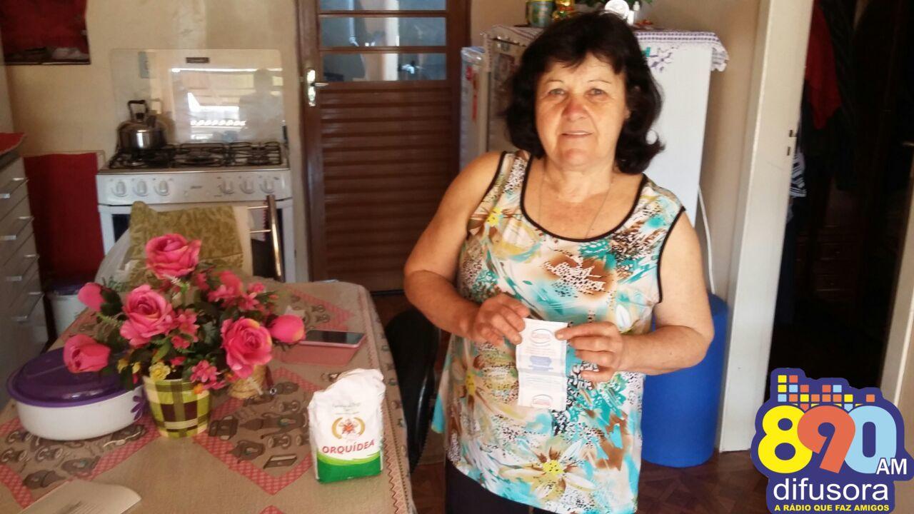 Moradora do Ouro Verde é contemplada na promoção da Farmácia Flor Essência