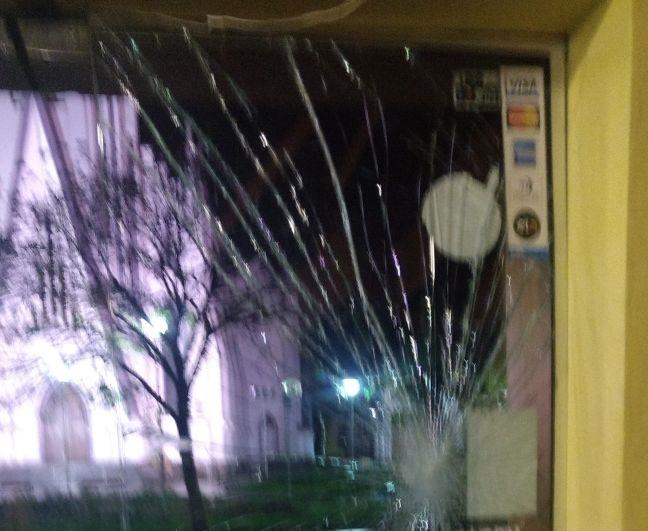 Estabelecimento é danificado no Cidade Alta em Bento, após arremesso de pedra