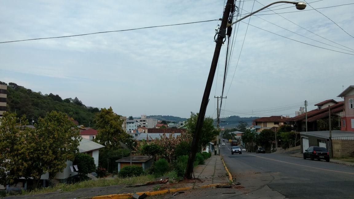 Motorista embriagado causa acidente e deixa bairro sem luz em Bento