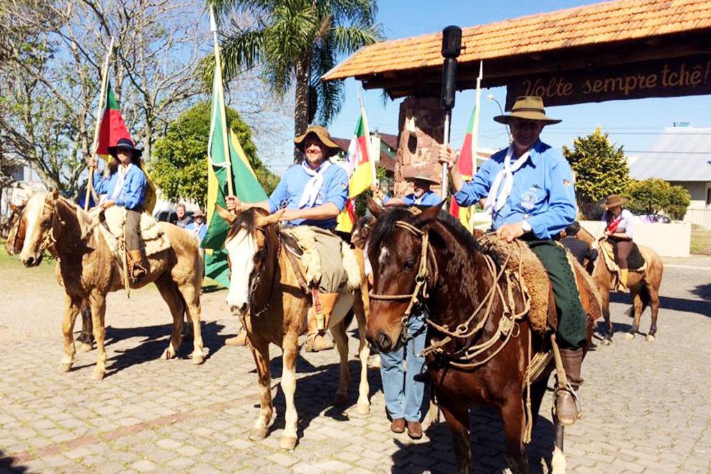 Cavalarianos iniciam os Festejos Farroupilhas com Desfile Cívico em Bento