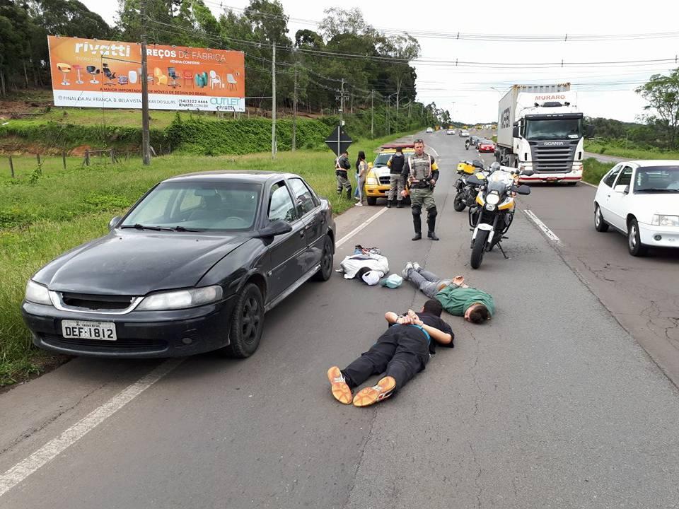 3º BRBM prende cinco pessoas na ERS-122 em Farroupilha