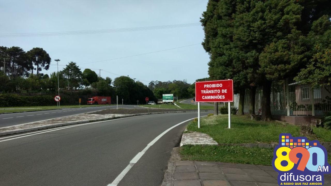 Após dois acidentes com óbito, Daer reforça proibição de trânsito de caminhões na ERS-431