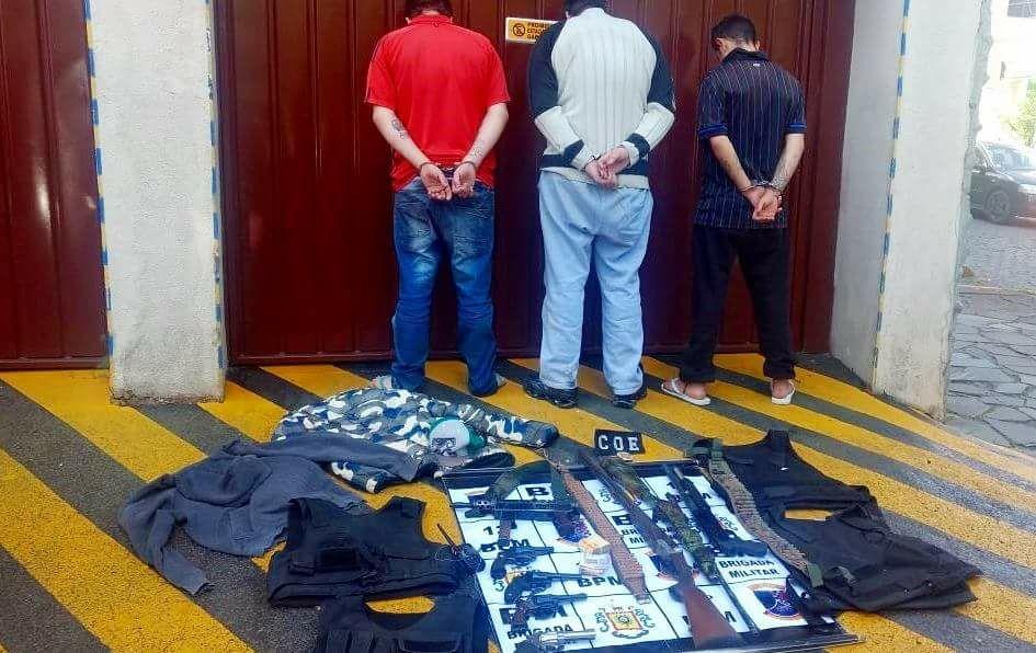 Trio é preso pela Brigada Militar em Caxias com fuzil e metralhadora