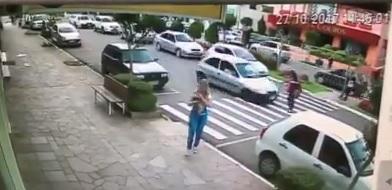 Idosa é atropelada na faixa de segurança em Nova Petrópolis
