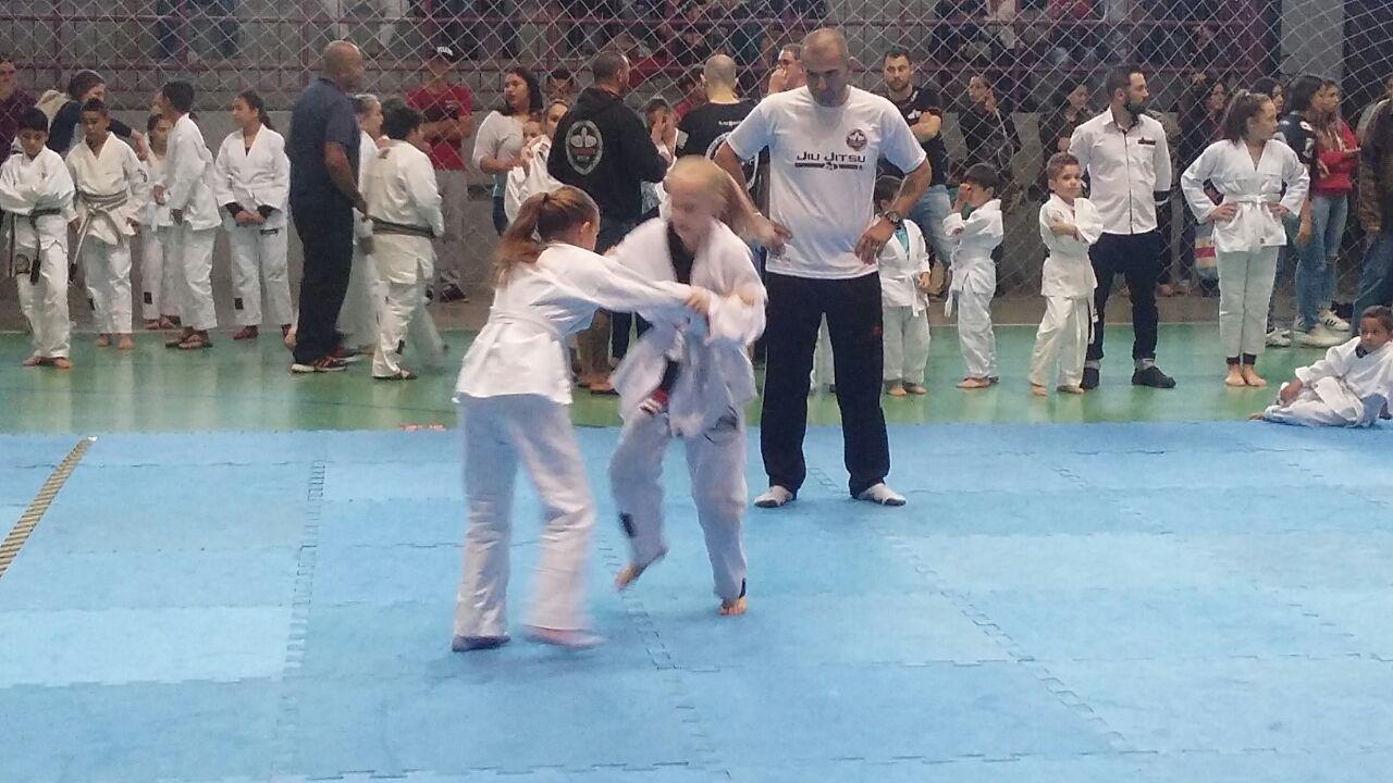 Mais de 400 crianças participam do campeonato interno de Jiu Jitsu da Garra Team