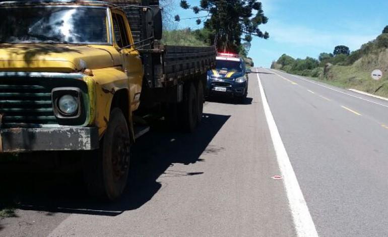 PRF retira de circulação caminhão em mau estado de conservação em Vacaria