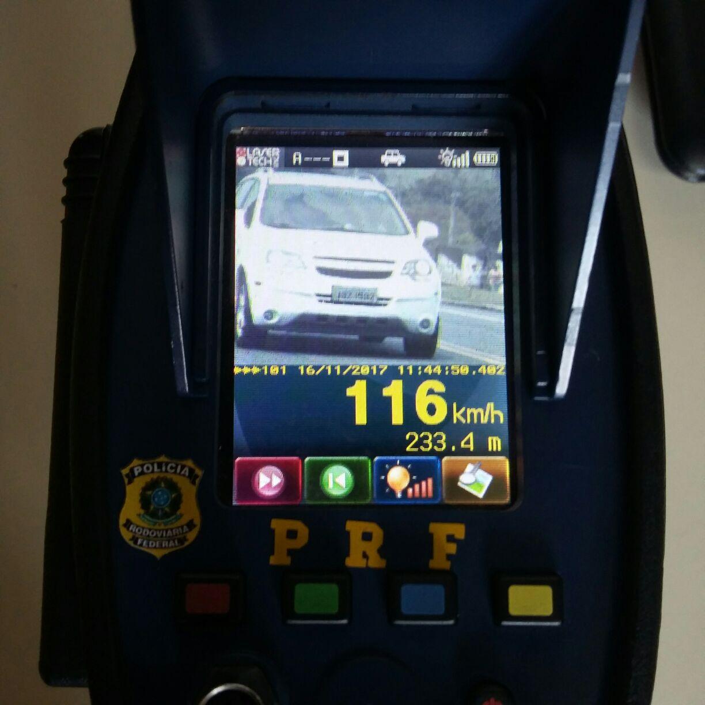 Operação com radar da PRF flagra 24 condutores por excesso de velocidade na BR-470