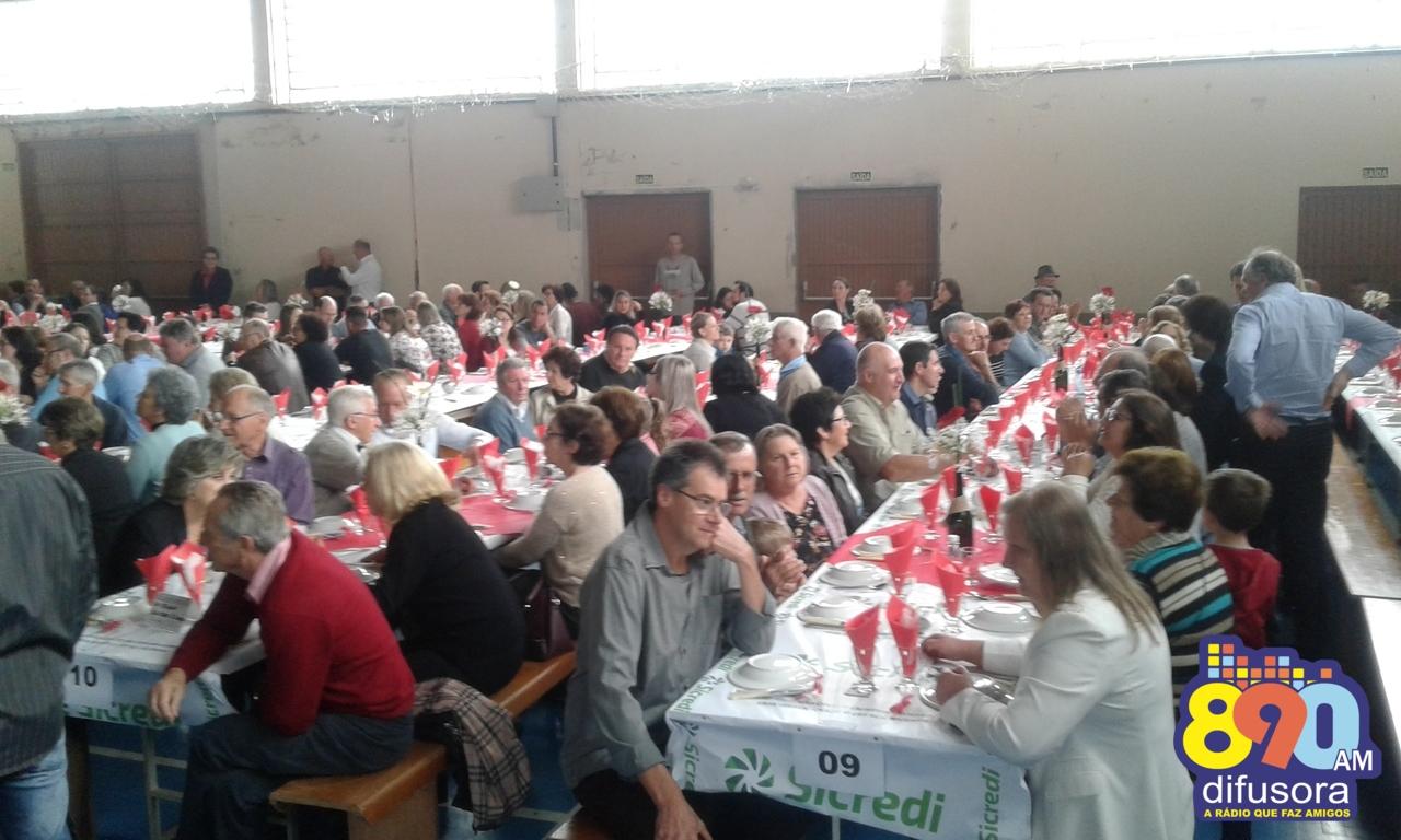 Centenas de pessoas participam do almoço festivo da 71ª Festa de Cristo Rei em Bento Gonçalves
