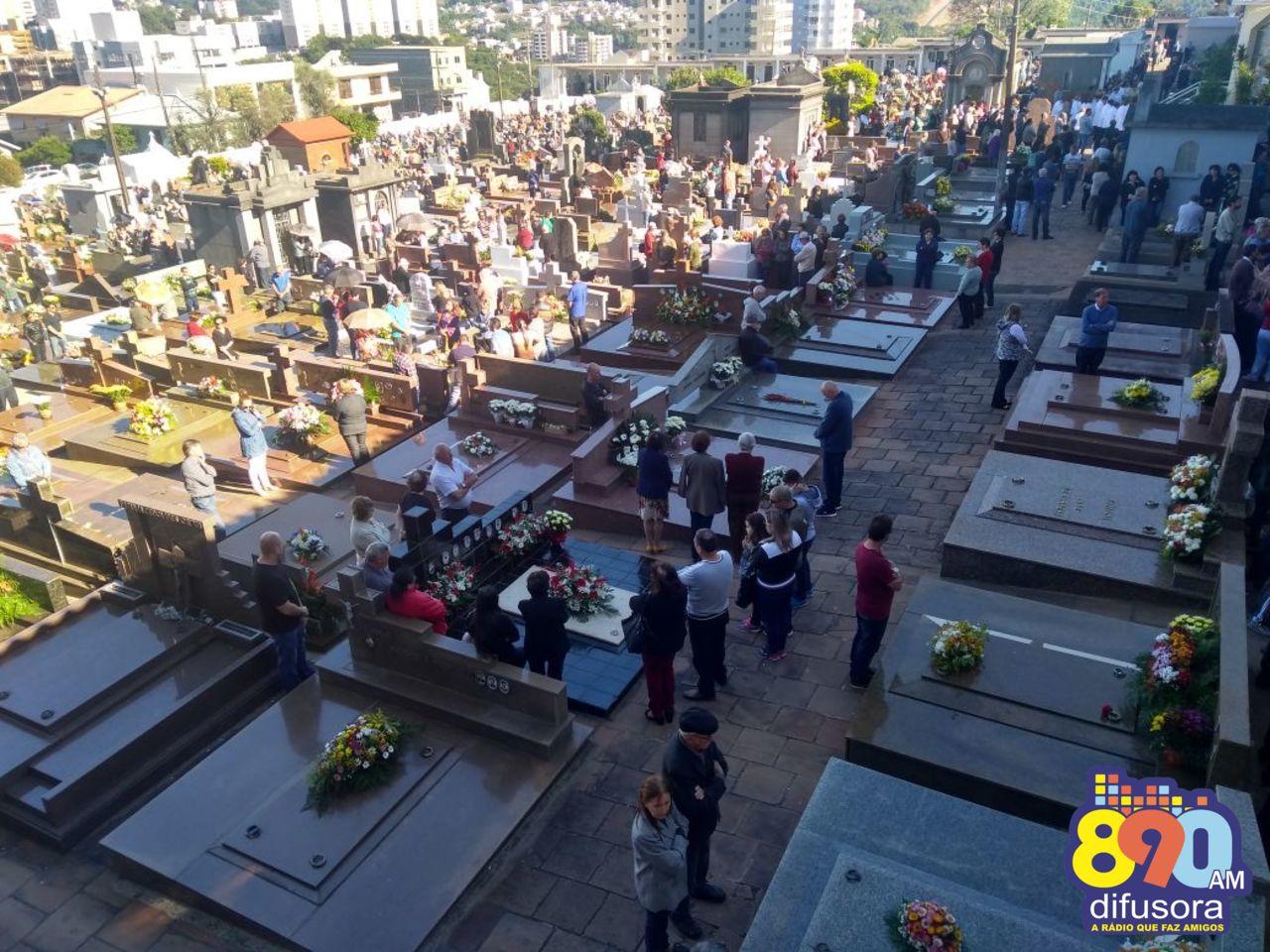 Milhares de pessoas acompanham as missas de Finados no Cemitério Municipal Central em Bento