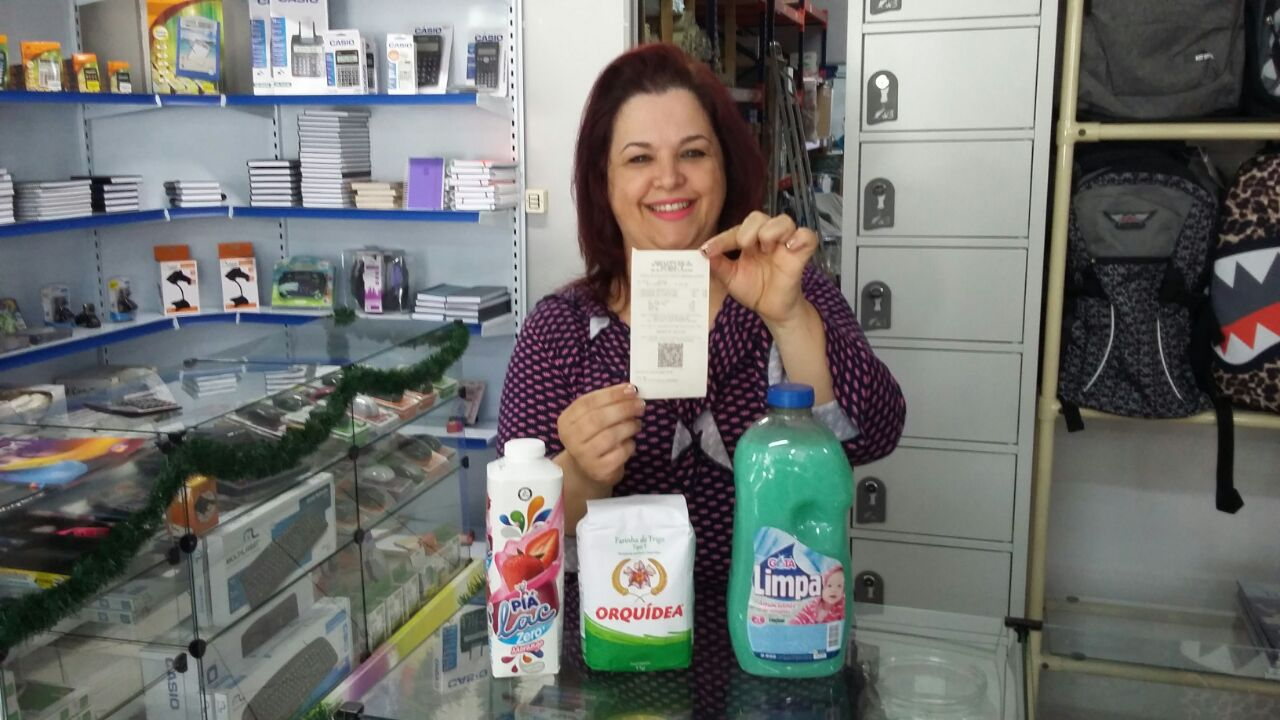Funcionária da DR Supri ganha 350 reais em compras do Super Grepar na promoção da Farmácia Flor Essência