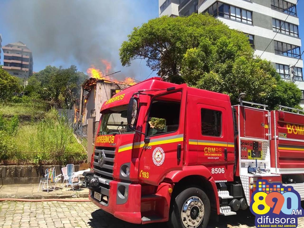 Fogo destrói casa no São Francisco em Bento