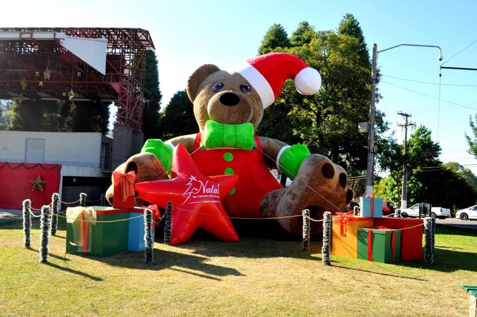 Prefeitura de Carlos Barbosa inclui urso na decoração natalina