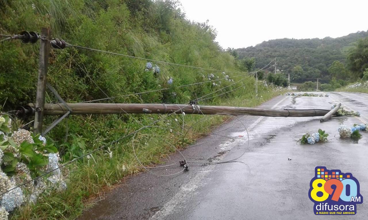 Vento derruba postes de energia no Vale dos Vinhedos em Bento