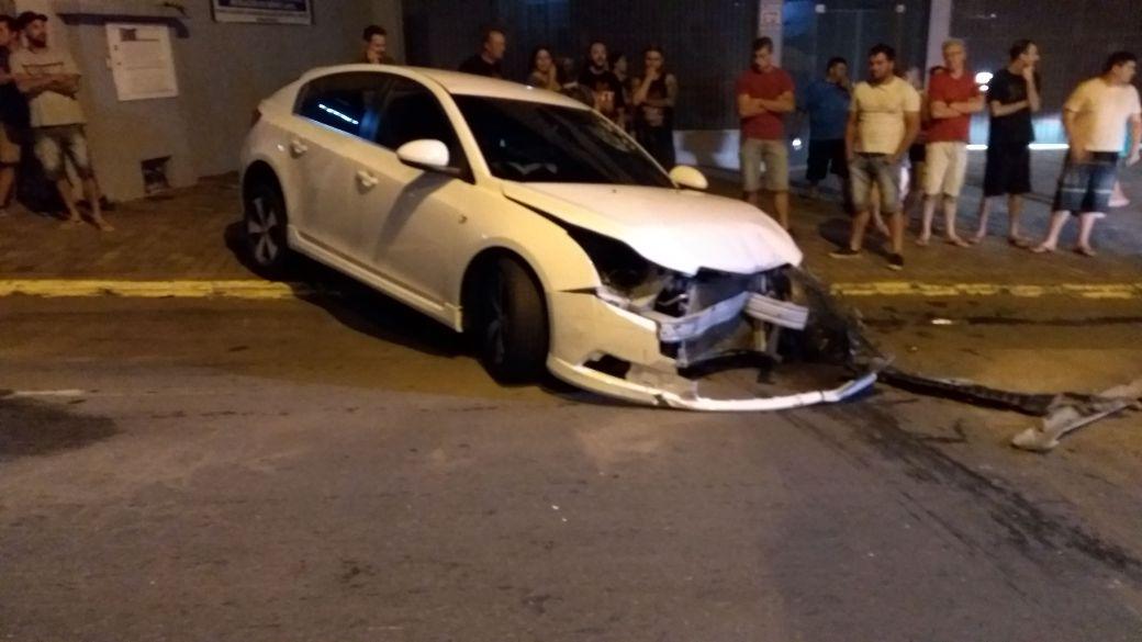 Acidente com três veículos deixa uma pessoa ferida em Bento