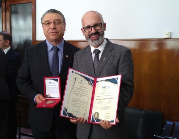 Bento é homenageado com o Mérito Comunitário da UCS