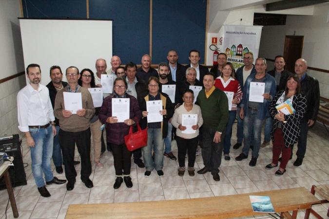 Famílias do bairro Santa Marta recebem título de legitimação de posse em Bento