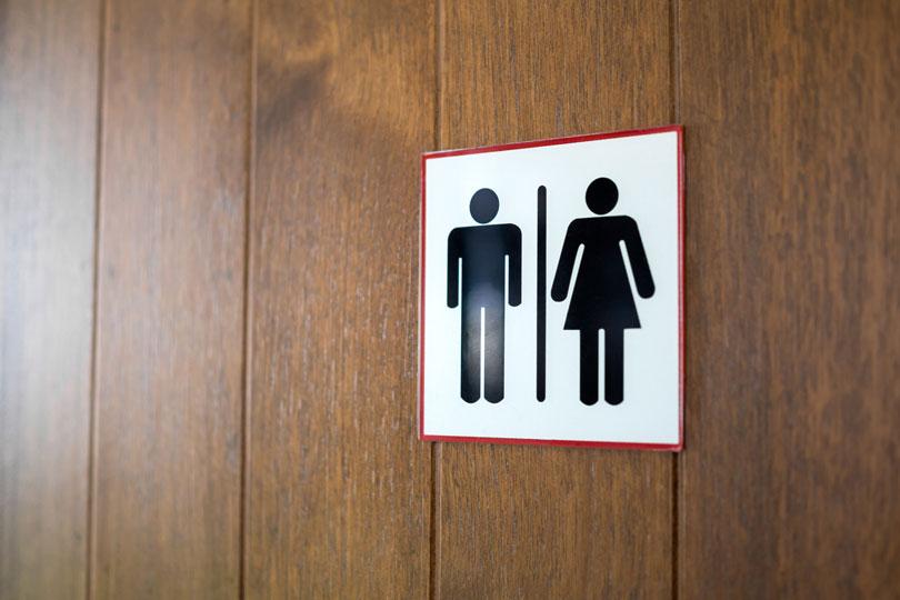 Trabalhadora que dividia banheiro e vestiário com colegas homens deve ser indenizada por danos morais