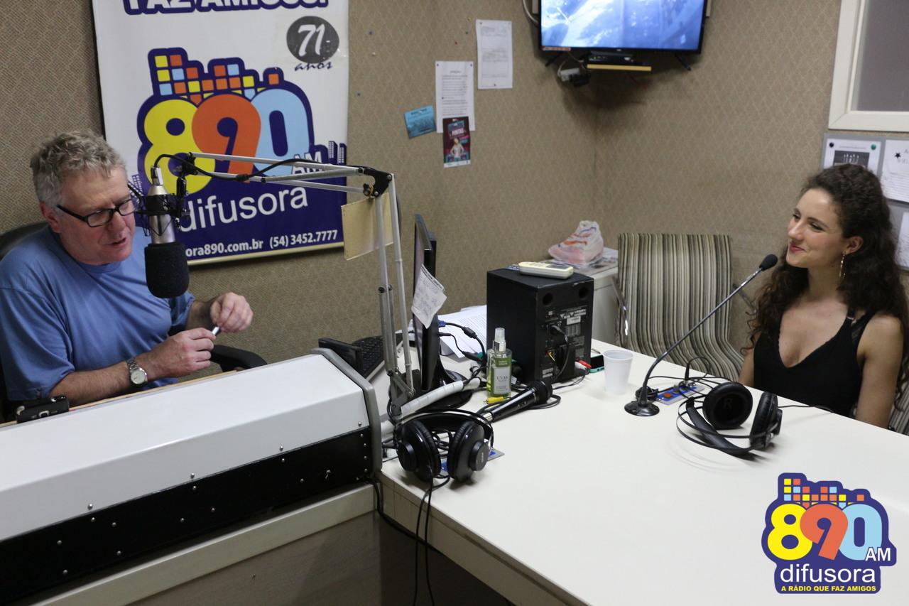 Rádio Difusora recebe a cantora Laura Dalmás que lança seu EP em show na Casa das Artes neste domingo