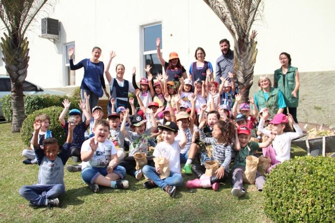 Meio Ambiente entrega plantinhas às crianças da escola infantil As Sementinhas em Bento