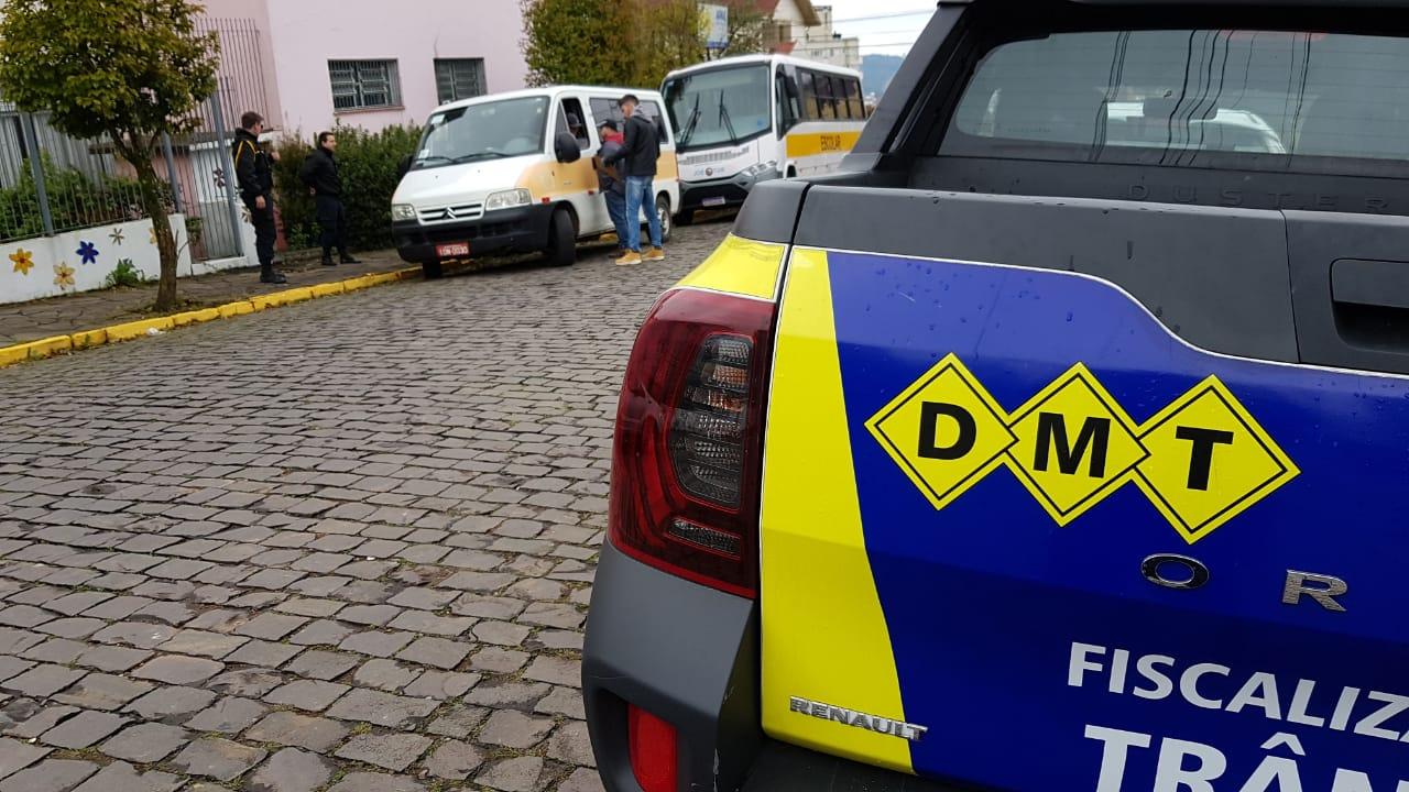 Agentes do DMT efetuam fiscalização em vans escolares de Bento