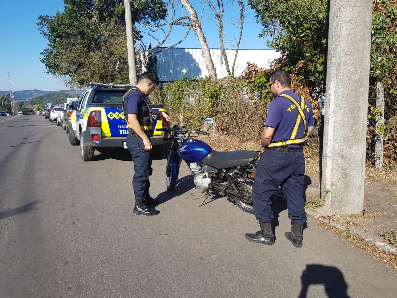 Motocicleta com quase R$ 5 mil em multas é recolhida pelo DMT em Bento