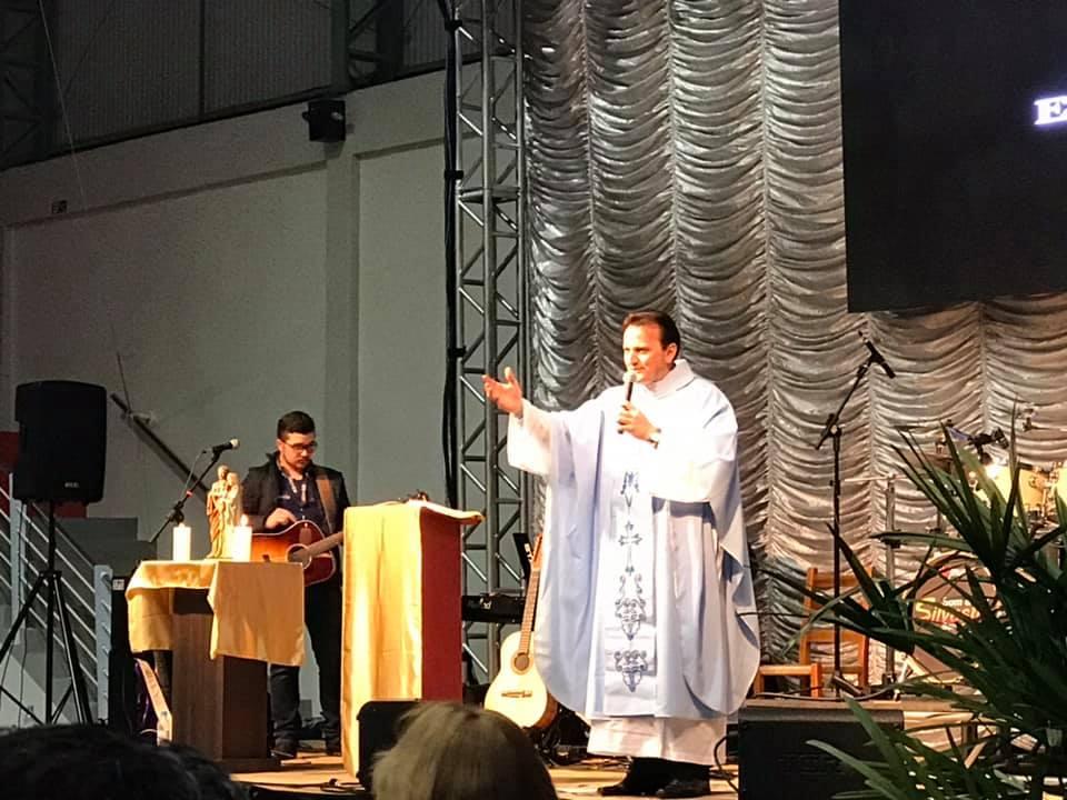 Noite da Família leva a palavra e a canção com o padre Ezequiel Dal Pozzo