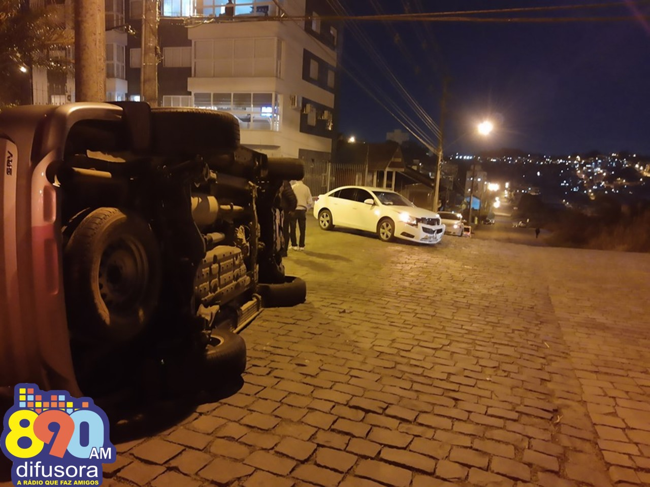 Veículo tomba após acidente no Progresso em Bento e duas pessoas ficam feridas