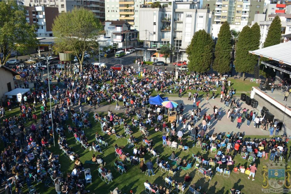 Festa dos 60 anos de Carlos Barbosa é acompanhada por milhares de pessoas