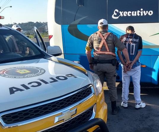 Foragido é recapturado dentro de ônibus pela PRE de Farroupilha