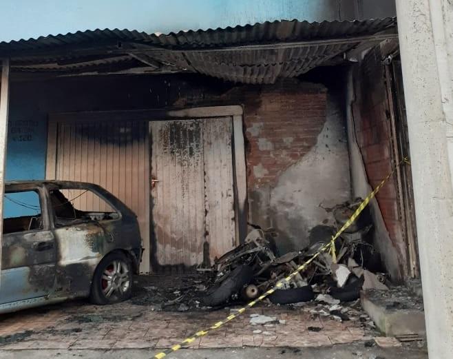 Incêndio destrói quatro veículos no bairro Fátima em Bento
