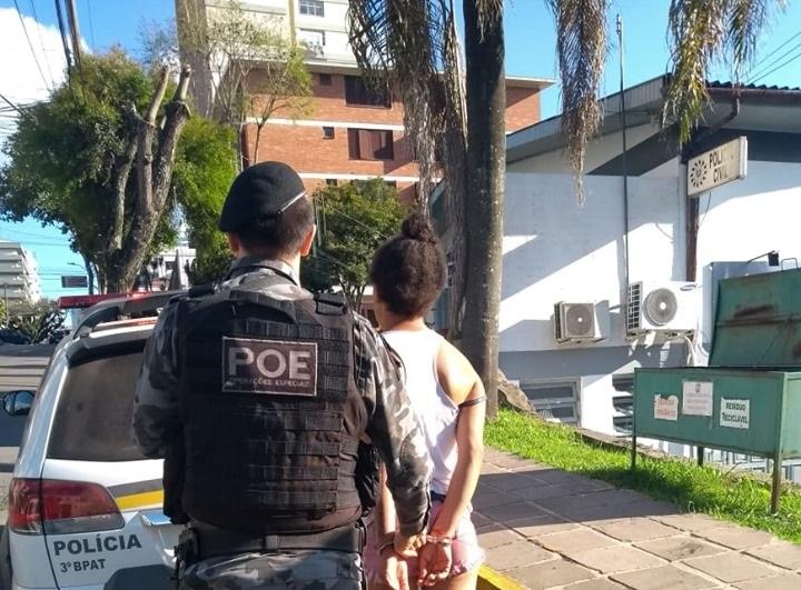 Com mandado de prisão, mulher é detida pelo POE no Vila Nova II em Bento
