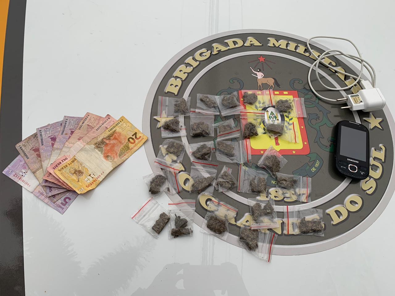 Brigada Militar apreende adolescente com drogas na Praça Centenário em Bento