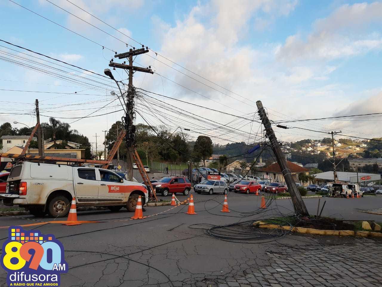 Incidente resulta em rompimento de fios e danos em poste no Botafogo em Bento