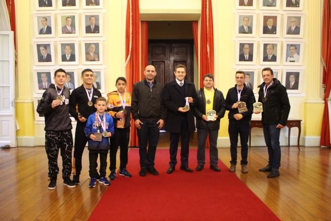 Atletas do Rally do Sertão e do Jiu-Jitsu recebem medalha de honra por títulos em campeonatos