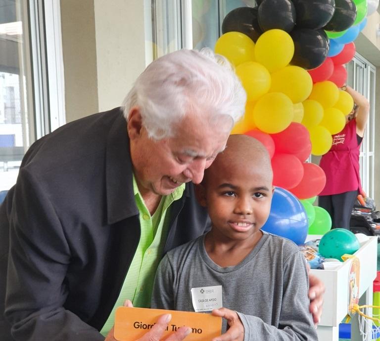 Fundador da Giordani visita Instituto do Câncer e convida crianças para passeio de Maria Fumaça