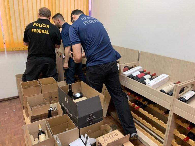 Polícia Federal combate descaminho e fraude na venda de vinhos estrangeiros